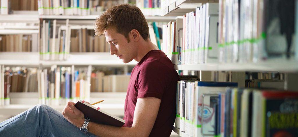 chico-joven-estudiando