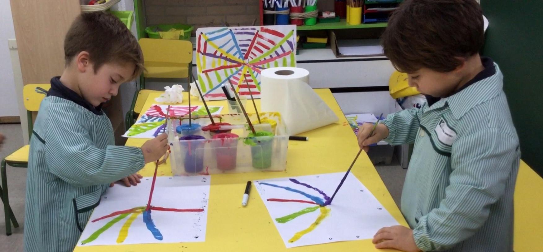 Alumnos de segundo de infantil pintando