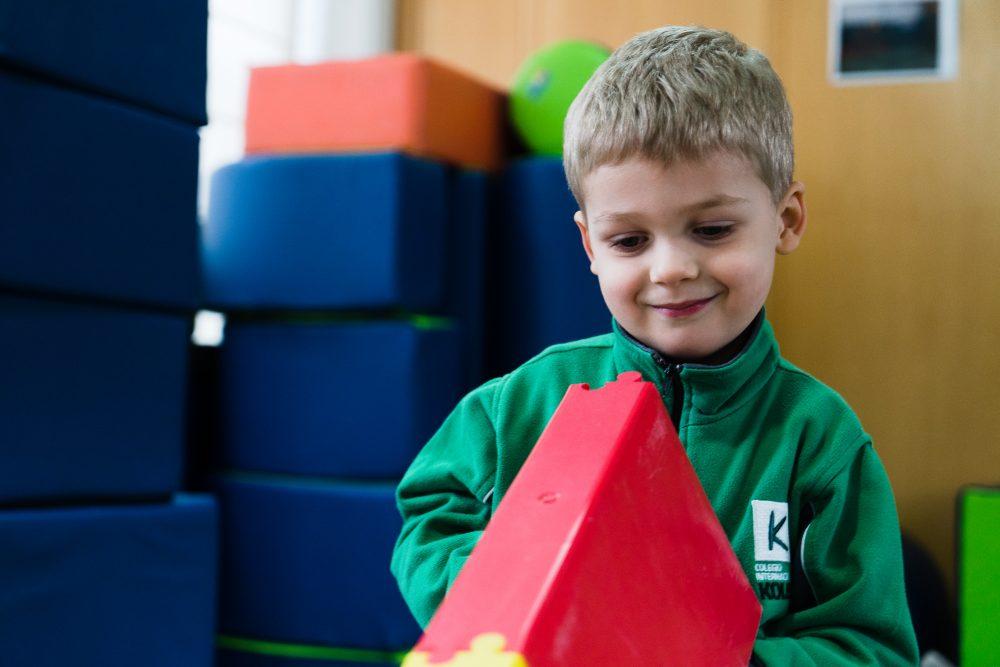 Alumno de Infantil en sala de Psicomotricidad