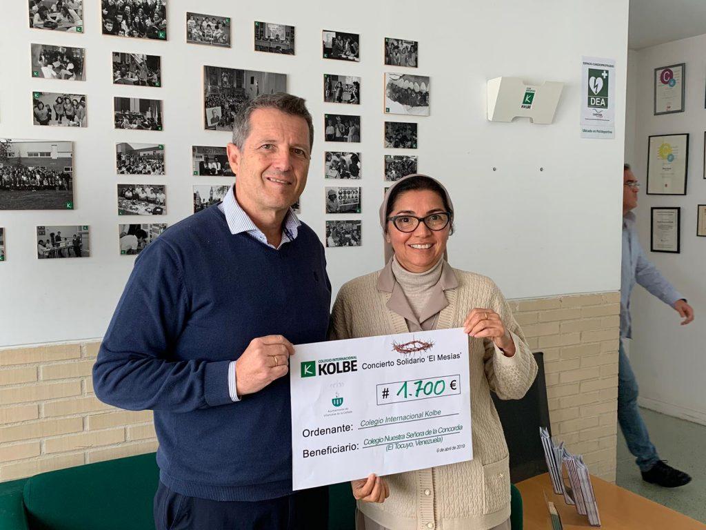 Ángel Mel entrega a Sor Rafaela Pérez un cheque a beneficio de su colegio en Venezuela